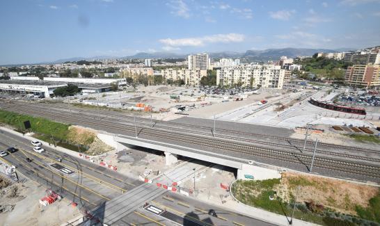 Rame en essai de circulation sur la ZAC du pôle d'échanges multimodal – ligne 3 du tramway (à droite de l'image)