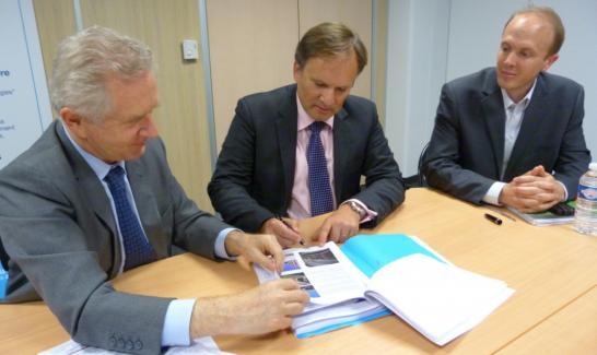 Signature EPA/ARTEA, Pascal Gauthier, Directeur Général de l'EPA (au centre)